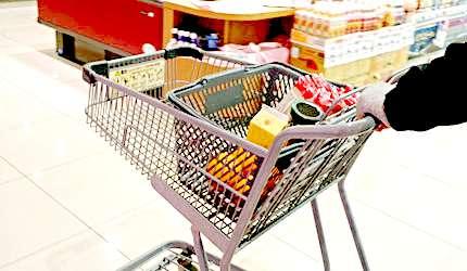 超市購物時不可或缺的購物籃和推車