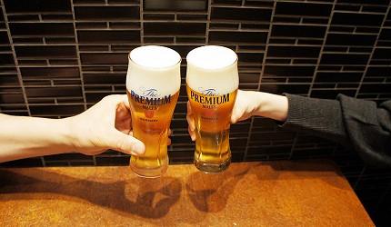 在日本和牛居酒屋銀座「響や」用三得利SUNTORY的The Premium Malt's生啤酒乾杯