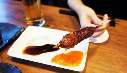 東京美食推薦串燒居酒屋「鶏鬨 勝どき店」的雞肉串燒沾蛋黃