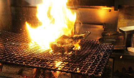 東京美食推薦串燒居酒屋「鶏鬨 勝どき店」的親雞腿肉燒烤中