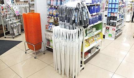 便利商店的傘以透明或白色的塑膠傘和黑色摺傘、直傘為主