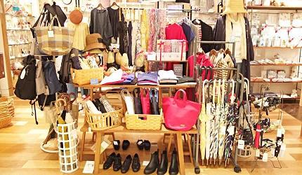 日式雜貨店、服飾店和百貨公司可以買到雨傘