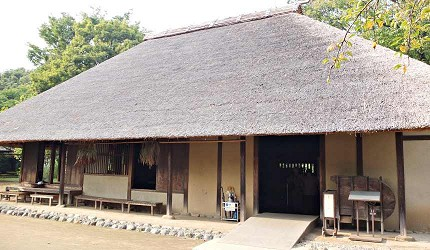 江戶東京建築園有江戶中後期的茅草屋農家建築