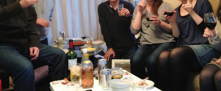 日本男女在家中一起飲酒開party派對
