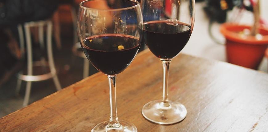 兩杯紅酒放在相親派對的桌上