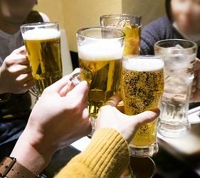 日本男女在提供相亲服务的居酒屋内碰杯
