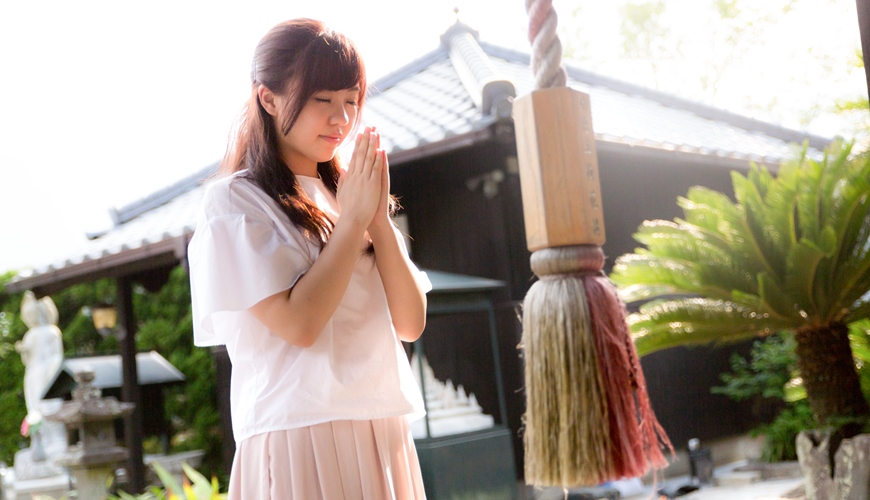 日本女生在神社中参拜也是相亲的活动之一