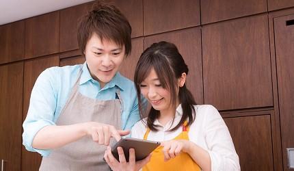 日本男女在相亲活动中一起解谜