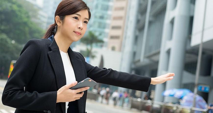 日本東京大阪九州關西沖繩交通方便快捷在路邊舉手攔搭的士計程車taxi的女士