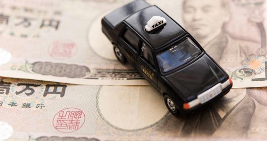 日本東京大阪九州關西沖繩交通方便快捷搭的士計程車taxi的模型車放在日圓價錢車資紙幣錢上