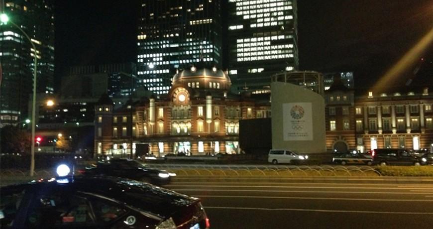 夜晚在日本東京大阪九州關西沖繩街頭上交通行走方便快捷搭交通工具的士計程車taxi的馬路
