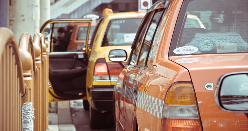 日本東京大阪九州關西沖繩交通方便快捷搭的士計程車taxi的車門會由司機遙控開關