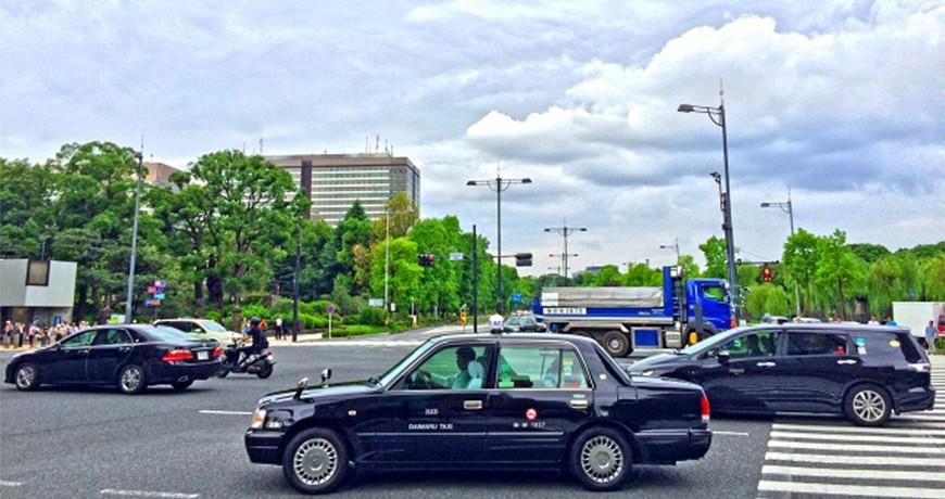 日本東京大阪九州關西沖繩交通方便快捷搭的士計程車taxi在十字路口行走