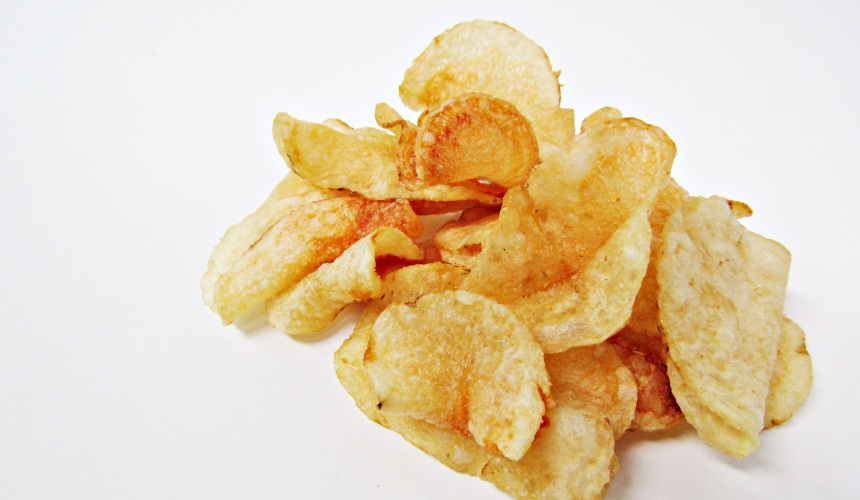 Calbee堅脆洋芋片薄鹽口味(堅あげポテトうすしお味)的洋芋片側拍