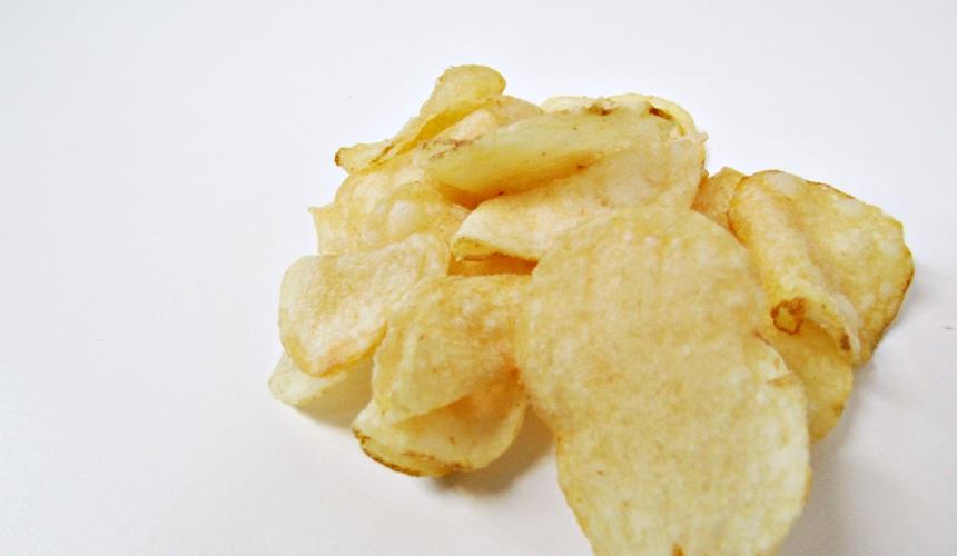 Calbee POITTO洋芋片花生鹽口味(ぽいっとナッツソルト味)的洋芋片側拍