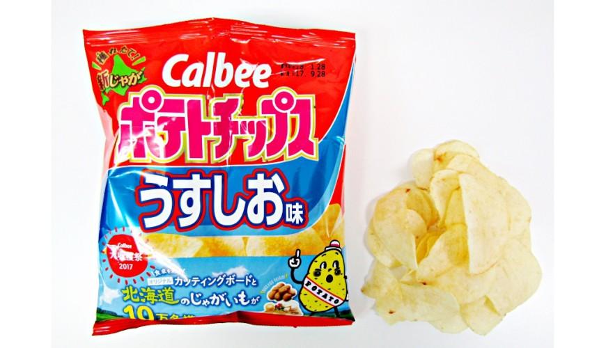 Calbee定番洋芋片薄鹽口味(ポテトチップスうすしお味)的包裝與洋芋片