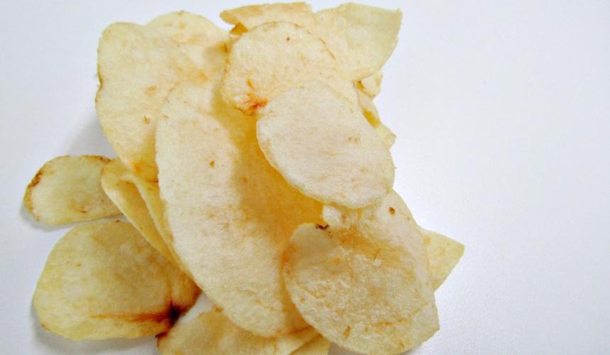 Calbee定番洋芋片薄鹽口味(ポテトチップスうすしお味)的洋芋片側拍