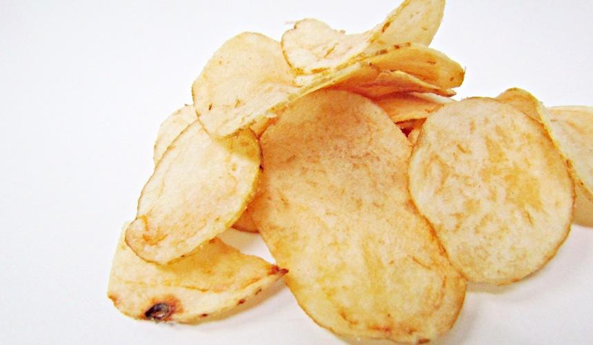湖池屋定番洋芋片薄鹽口味(ポテトチップスうすしお味)的洋芋片側拍