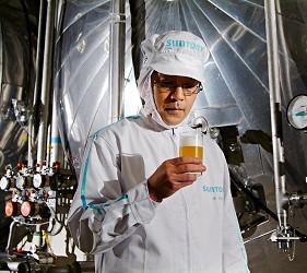 日本啤酒品牌SUNTORY三得利(サントリー)注入生啤酒「The Premium Malt's」(ザ・プレミアム・モルツ)製作六道程序的過程,用人的「五感」品質把關