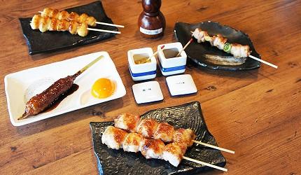 東京美食推薦串燒居酒屋「鶏鬨 勝どき店」的一整桌「雞肉串燒」