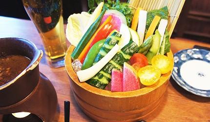 東京美食推薦串燒居酒屋「鶏鬨 勝どき店」的白雞肝熱沾醬沙拉