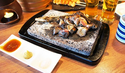 東京美食推薦串燒居酒屋「鶏鬨 勝どき店」的親雞腿肉上桌照