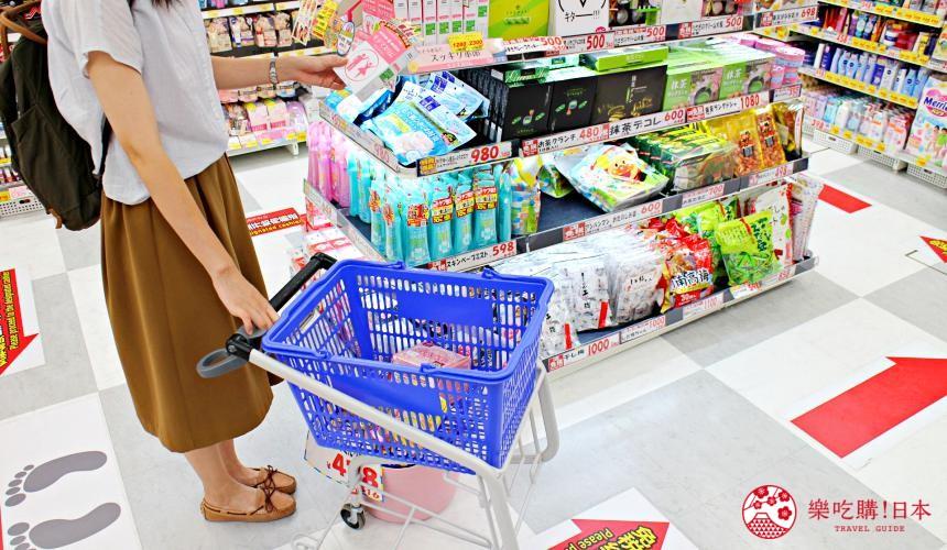 日本推薦便宜藥妝店「大國藥妝」東京的新宿東口店裡以推車實際購物