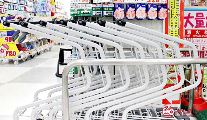 日本推薦便宜藥妝店「大國藥妝」東京的新宿東口店的推車