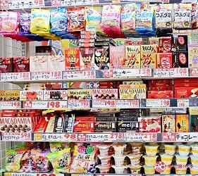 日本推薦便宜藥妝店「大國藥妝」店內架上的餅乾零食伴手禮