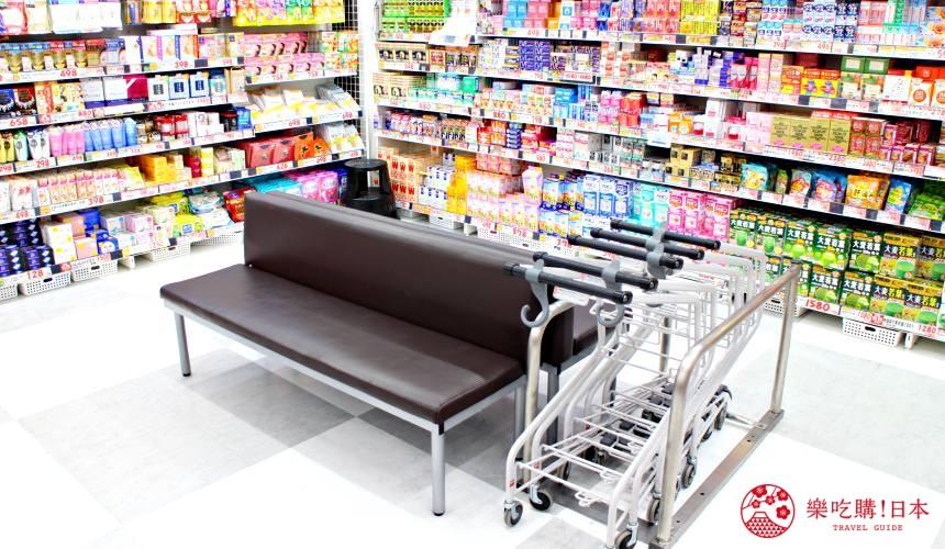 日本推薦便宜藥妝店「大國藥妝」東京的新宿東口店地下一樓的座椅可供休息