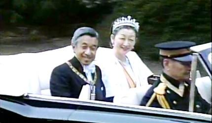 日本明仁上皇與美智子上皇后坐在車上照片