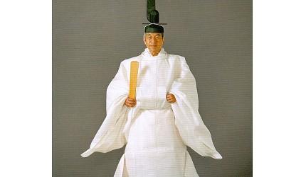 日本明仁天皇即位後的「大嘗宮之儀」,當時明仁天皇身穿白色御祭服