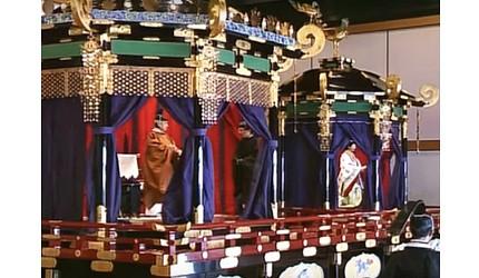 日本明仁天皇即位後的「即位禮正殿之儀」會分別坐在「高御座」與「御帳台」內