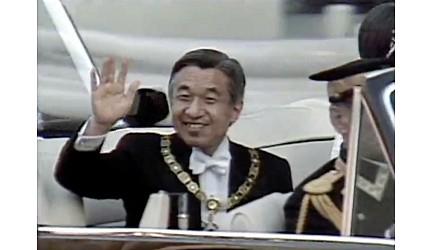 日本明仁天皇坐在禮車上照片