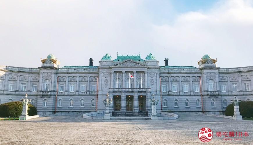 日本有兩座接待各國元首與外交使節的迎賓館,「迎賓館赤坂離宮」位於東京,「京都迎賓館」位在京都。自2016年起改為一整年對外開放,一般平民得以購票入內參觀皇家規格的豪華尊貴並瞭解日本的歷史與文化之美