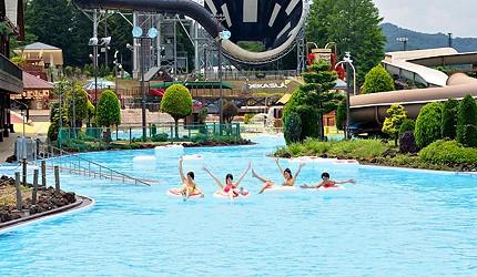 夏天去日本玩水消暑、暑假帶細路旅行放電最好玩的水上樂園精選推介,提供人造浪池、漂流河、巨型滑梯、水上滾筒、水上運動競技設施、兒童嬉水池等水上遊戲設備的水上樂園7選中的東京Summer Land內的漂流河