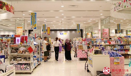 LAOX店內的貨品架及中日英文對應店員