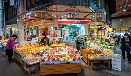 近江町市場內出售可即食生果的店舖