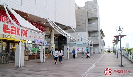 台場海濱公園站的天橋可以看到LAOX的巨大招牌