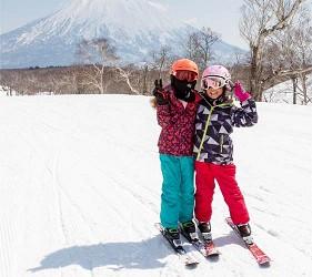 日本有中文教練的滑雪場推介的中文滑雪場新雪谷國際滑雪學校內的客人開心合照