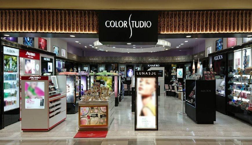 有售去日本必買美妝資生堂怡麗絲爾、肌膚之鑰的品牌美妝店MASAYA、COLOR STUDIO的門面