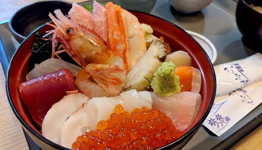 日本北海道最北端的地区稚内市宗谷的地方限定极品超丰富鲜美海鲜刺身丼饭