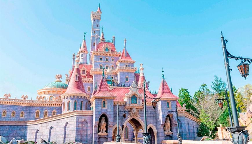 东京迪士尼乐园的新园区「美女与野兽」的粉红城堡