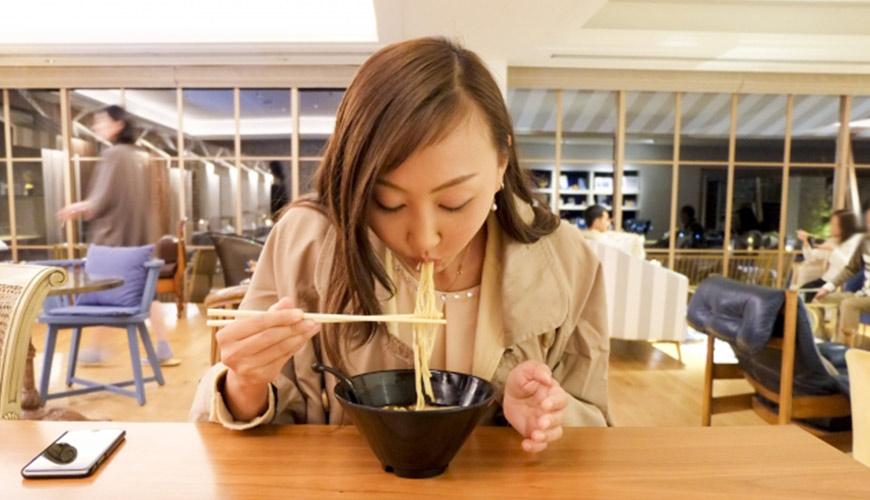 日本拉麵店吃拉麵示意圖
