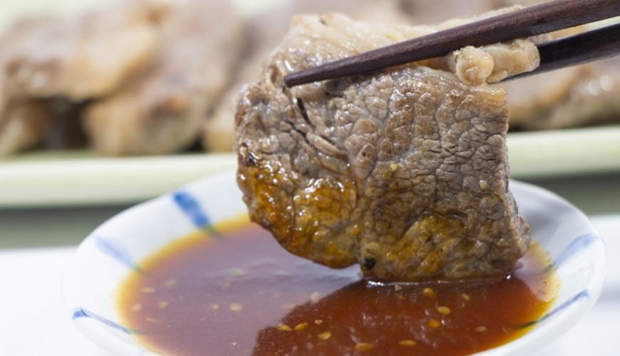 日本旅遊「燒肉店」日本店員皺眉的 NG 行為「涙箸」醬汁滴下來形象圖