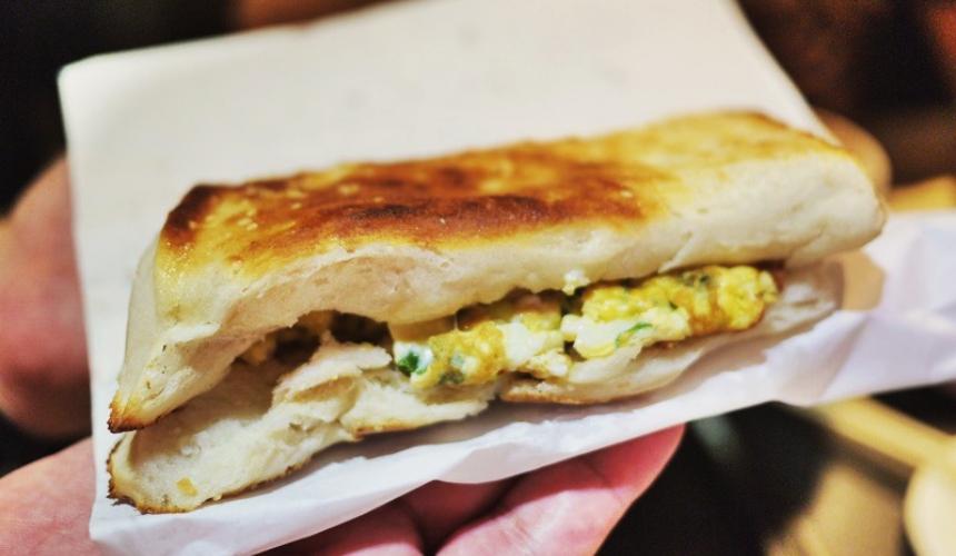 台灣料理米其林必比登推薦「厚燒餅夾蛋」(厚め焼餅の卵焼きサンド)示意圖
