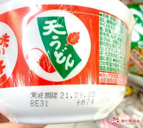 日本便利商店架上泡麵標示賞味期限