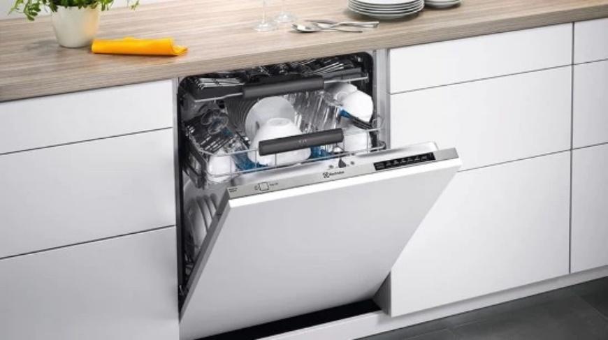 省水洗碗機推薦好用獨立式洗碗機推介流理台下面被打開的洗碗機首圖