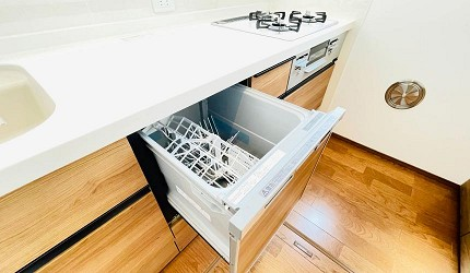 省水洗碗機推薦好用獨立式洗碗機推介流理台下面被打開的洗碗機