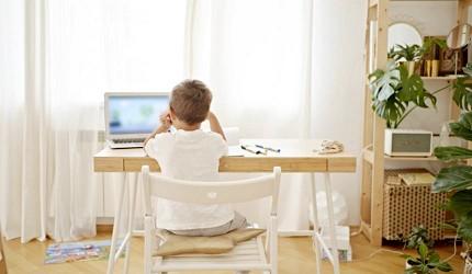 兒童書桌推薦成長書桌推介台灣製實木書桌高度選購指南文章見小朋友坐在桌前使用電腦